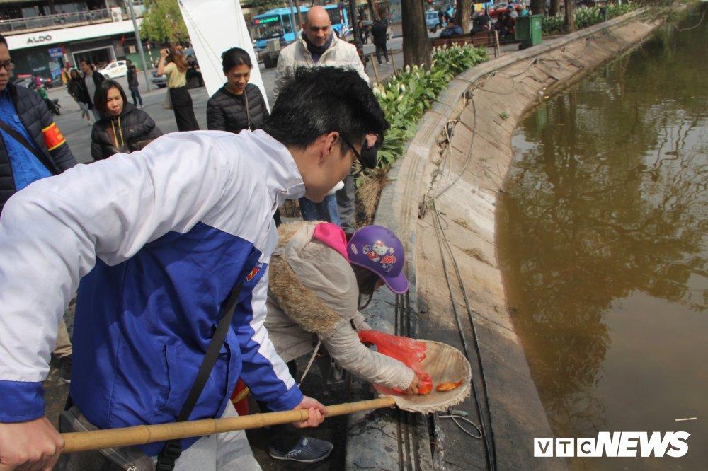 Anh: Tien ong Cong ong Tao ve troi, nguoi Ha Noi no nuc di tha ca chep hinh anh 13