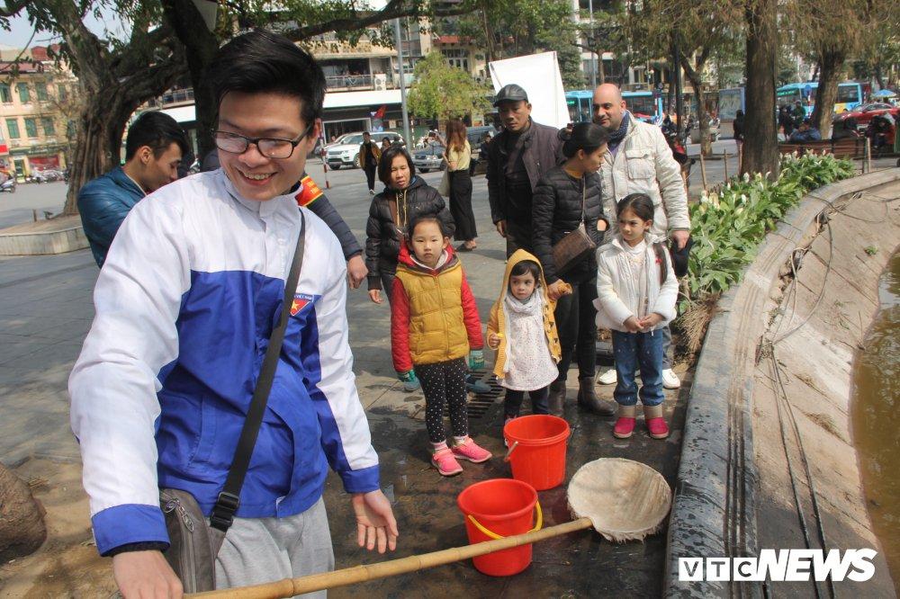 Anh: Tien ong Cong ong Tao ve troi, nguoi Ha Noi no nuc di tha ca chep hinh anh 14