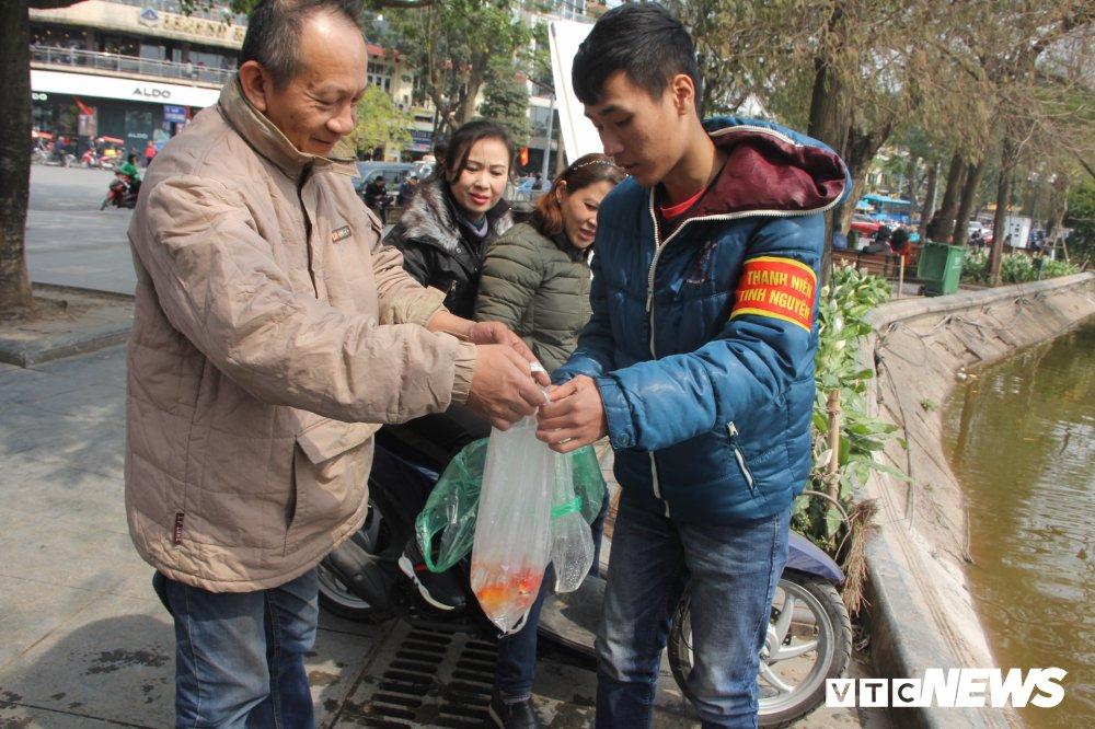 Anh: Tien ong Cong ong Tao ve troi, nguoi Ha Noi no nuc di tha ca chep hinh anh 12