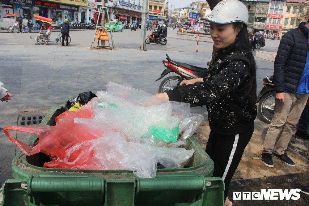Anh: Tien ong Cong ong Tao ve troi, nguoi Ha Noi no nuc di tha ca chep hinh anh 18