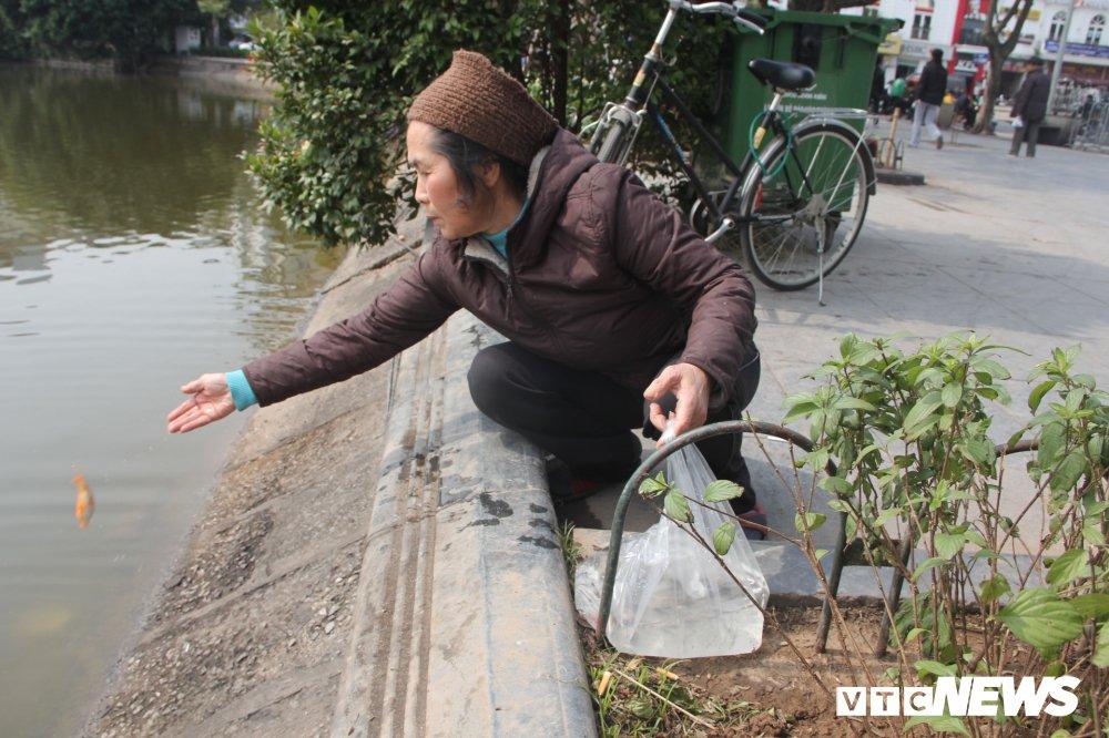 Anh: Tien ong Cong ong Tao ve troi, nguoi Ha Noi no nuc di tha ca chep hinh anh 2