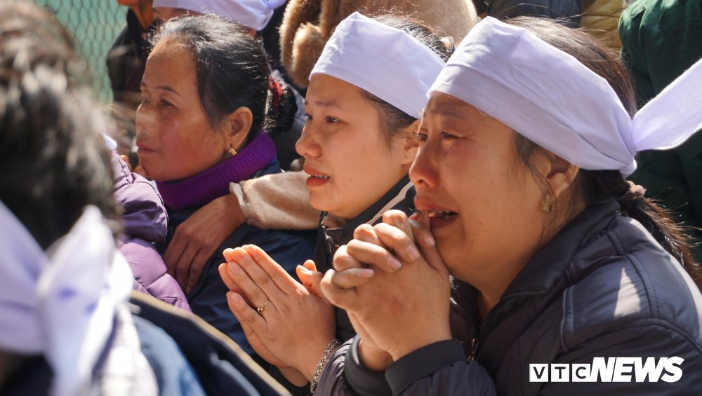 Trao bang tot nghiep dai hoc danh du cho nam sinh dung cam cuu ba me con nga xuong song hinh anh 2