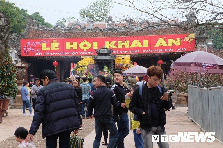 Anh: Den Tran dong nghet nguoi truoc gio khai an hinh anh 3