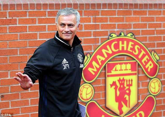 Mourinho ngong nghenh: Toi muon co tat ca moi thu voi Man Utd hinh anh 1