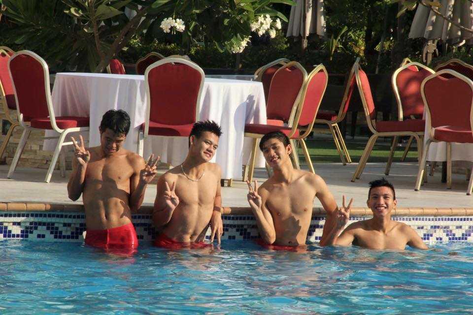 Cau thu U19 Viet Nam khoe body san chac o be boi hinh anh 2