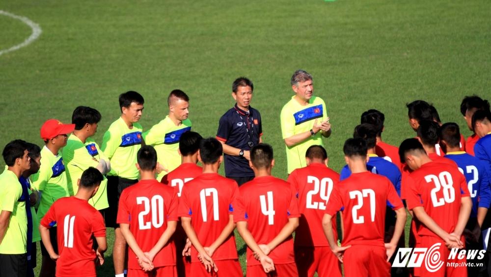 U20 Viet Nam vs U20 Phap: HLV Hoang Anh Tuan theo buoc Mourinho? hinh anh 1