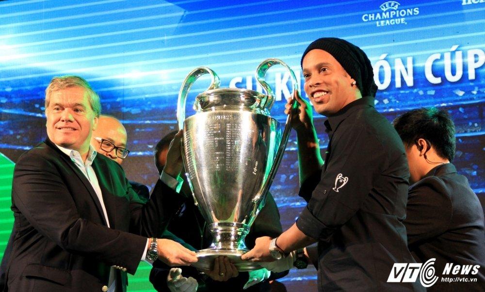 Ronaldinho ngo loi yeu Viet Nam, tin Barca se lam nen dieu ky dieu hinh anh 3