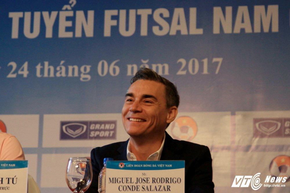 Tan HLV truong Futsal Viet Nam: 'Toi du nang luong de lam lien tuc 24h/ngay' hinh anh 2