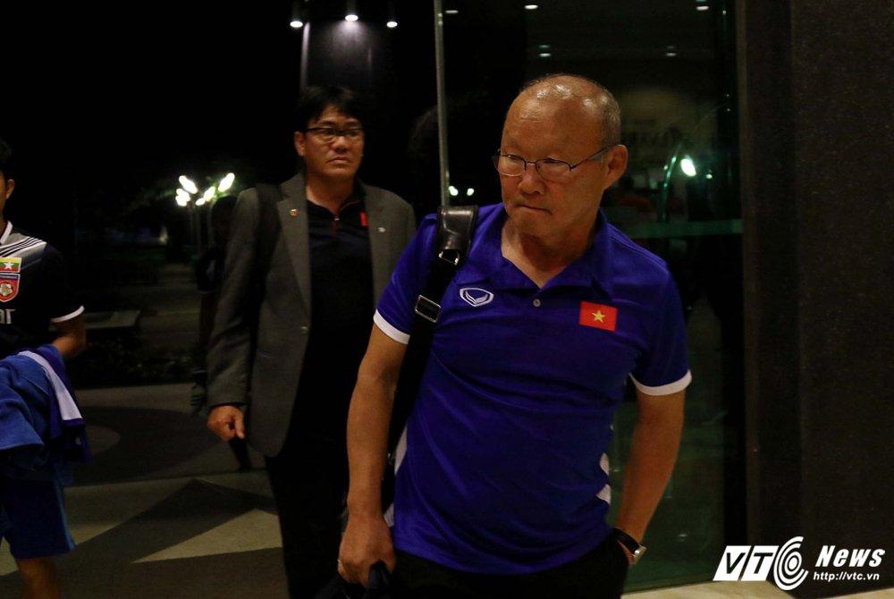 Di chuyen ca ngay, U23 Viet Nam bung doi van phai tap nhe hinh anh 2