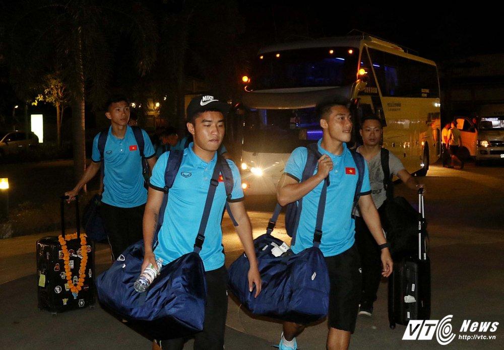 Di chuyen ca ngay, U23 Viet Nam bung doi van phai tap nhe hinh anh 7