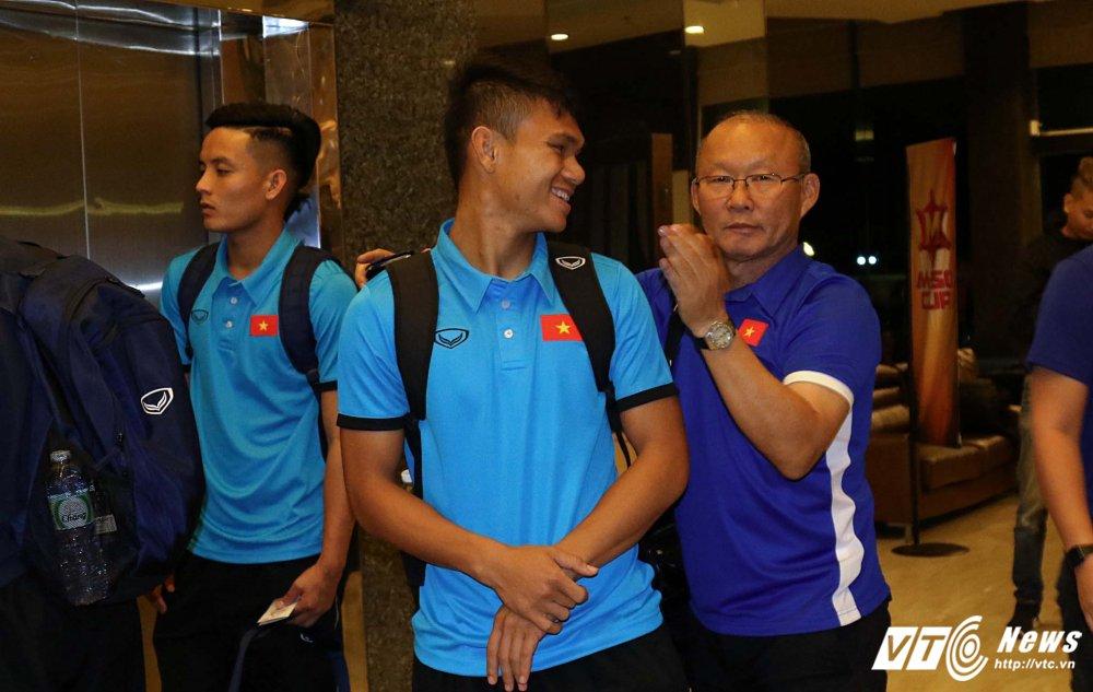 Di chuyen ca ngay, U23 Viet Nam bung doi van phai tap nhe hinh anh 10