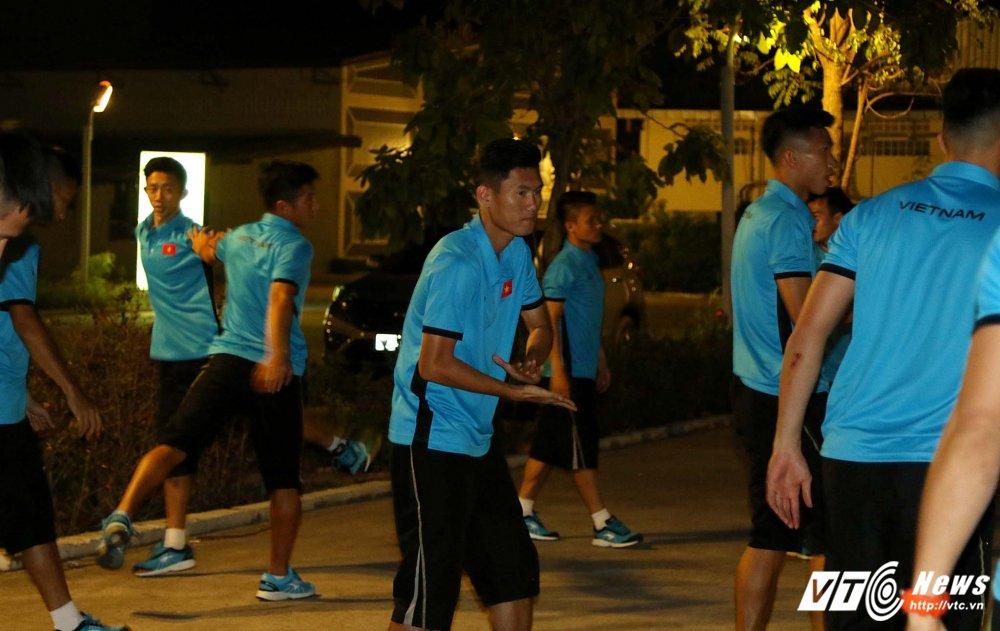 Di chuyen ca ngay, U23 Viet Nam bung doi van phai tap nhe hinh anh 12