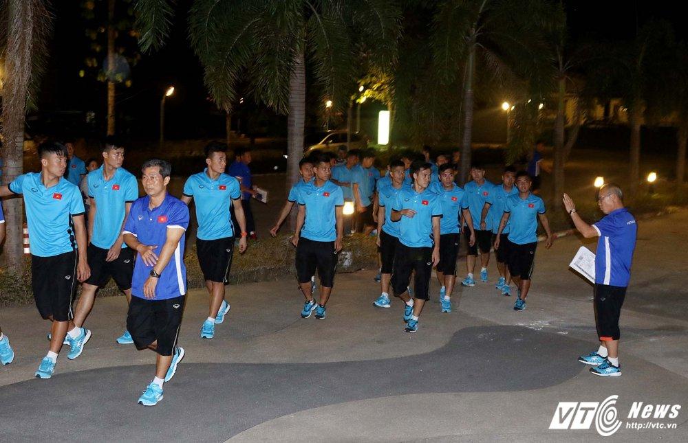 Di chuyen ca ngay, U23 Viet Nam bung doi van phai tap nhe hinh anh 13