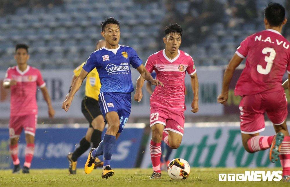 NutiCafe V-League 2018: DKVD Quang Nam danh roi chien thang ngay khai mac hinh anh 2
