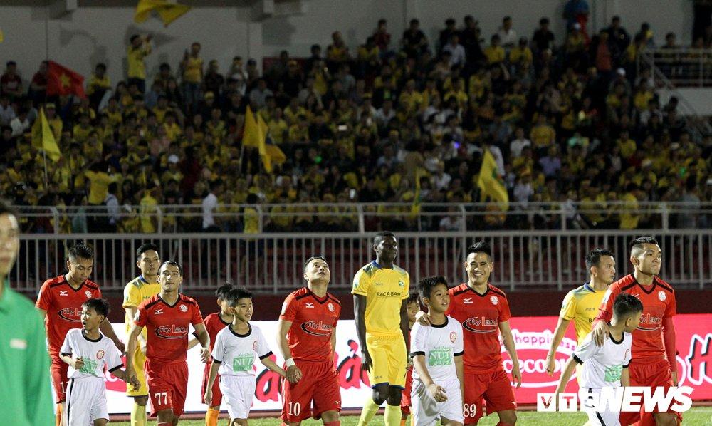 'Ronaldo Viet Nam' am uc khoc trong ngay doi Cong Vinh lam dieu chua tung co o V-League hinh anh 2