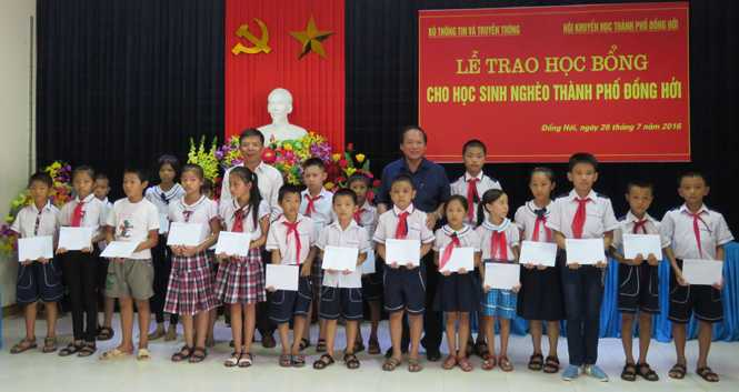 Bo truong Truong Minh Tuan trao hoc bong cho hoc sinh ngheo TP Dong Hoi hinh anh 1