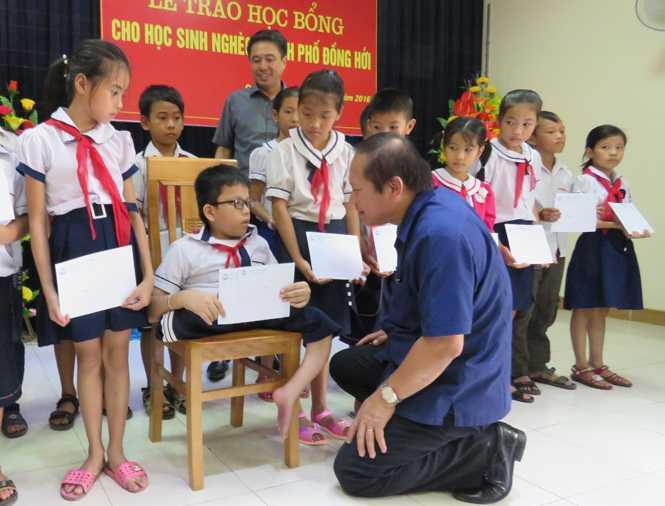 Bo truong Truong Minh Tuan trao hoc bong cho hoc sinh ngheo TP Dong Hoi hinh anh 2