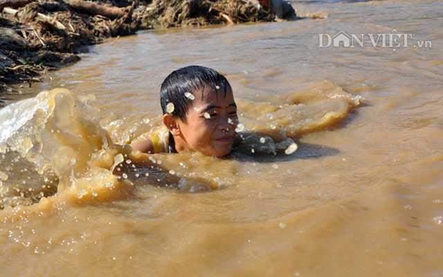 Hoang tan sau lu du, dan lieu minh boi suoi 'vot loc troi cho' hinh anh 4