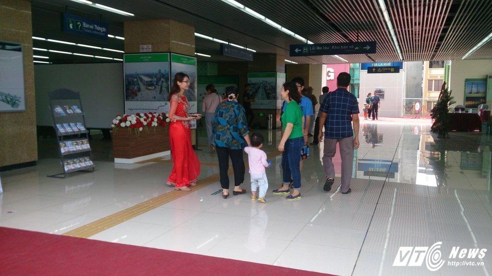 Anh: Dan Thu do tan mat kham pha ga duong sat tren cao Cat Linh-Ha Dong hinh anh 11