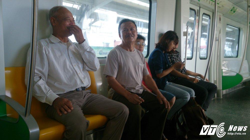 Anh: Dan Thu do tan mat kham pha ga duong sat tren cao Cat Linh-Ha Dong hinh anh 5