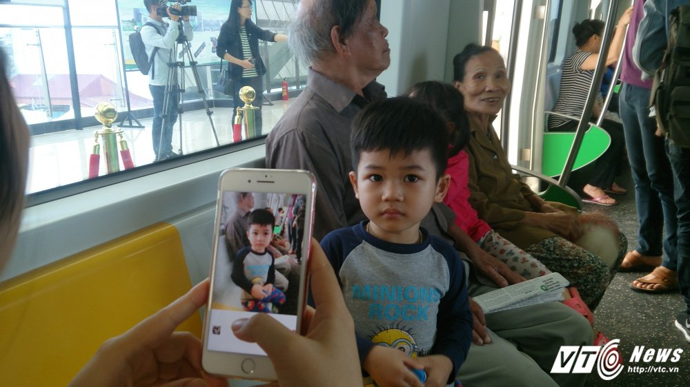 Anh: Dan Thu do tan mat kham pha ga duong sat tren cao Cat Linh-Ha Dong hinh anh 9