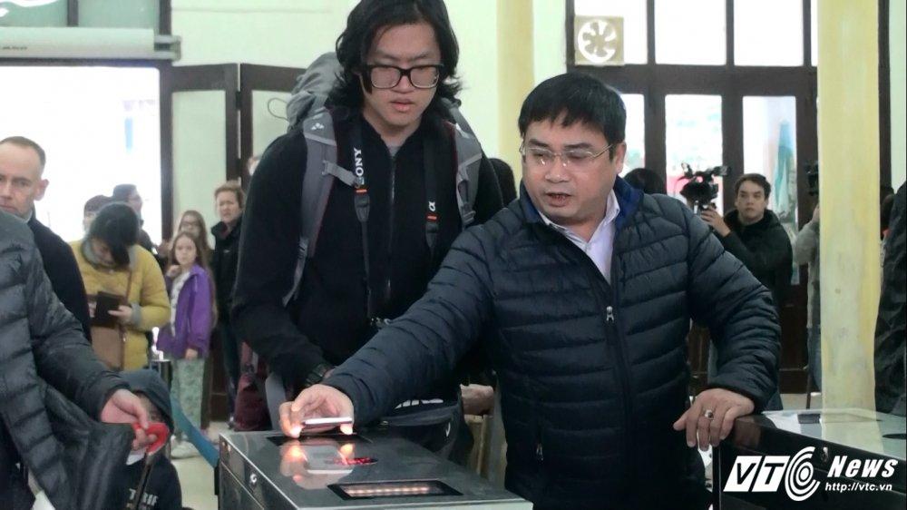 Anh: Cong soat ve tu dong o ga Ha Noi hoat dong the nao? hinh anh 9