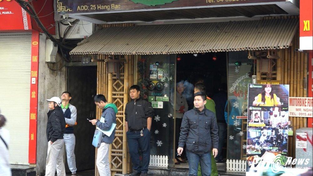 Anh: Canh sat phun nuoc dap tat dam chay tren pho trung tam Ha Noi hinh anh 7