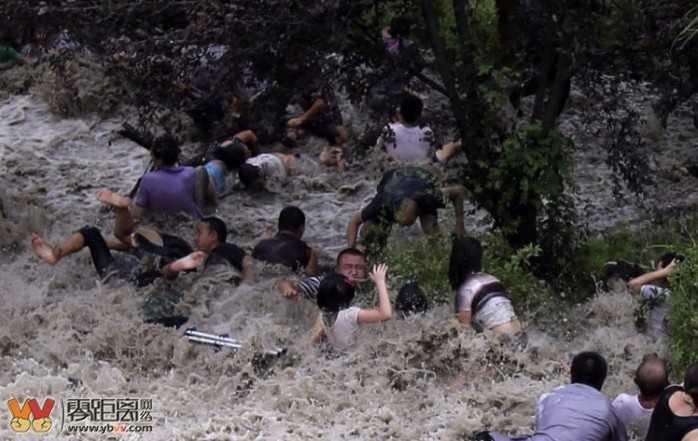 Video: Can canh thuy trieu ky quai cuon bay nguoi tren song Tien Duong hinh anh 5