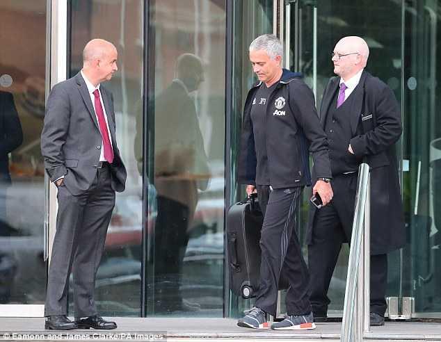 5 thang lam HLV Man Utd, Mourinho van phai o khach san hinh anh 1