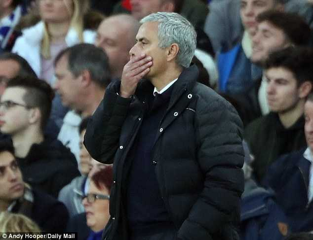 5 thang lam HLV Man Utd, Mourinho van phai o khach san hinh anh 2