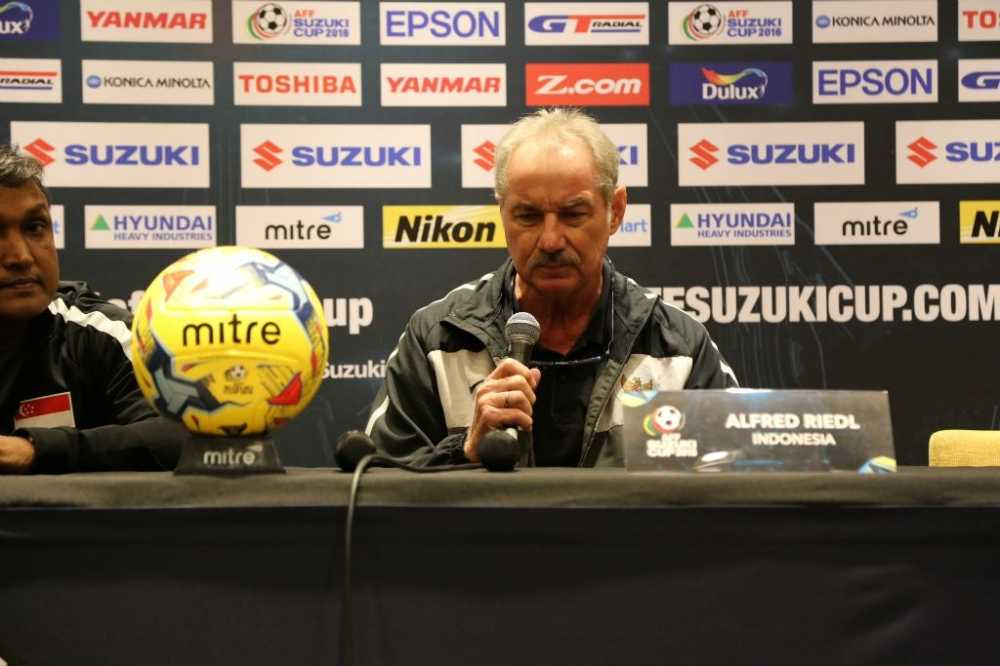 Indonesia vao ban ket AFF Cup: Alfred Riedl thoa man, Sundram gian du hinh anh 1