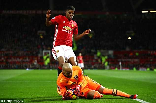Man Utd bi West Ham cam hoa: Darmian, Rashford lam kho Mourinho hinh anh 2