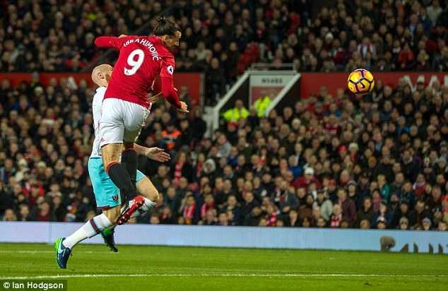Man Utd bi West Ham cam hoa: Darmian, Rashford lam kho Mourinho hinh anh 4