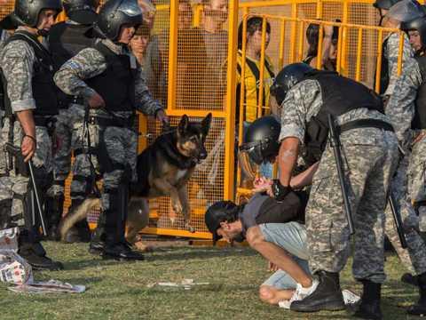 Bao dong kinh hoang tai Uruguay: CDV nem ca binh gas vao canh sat hinh anh 4