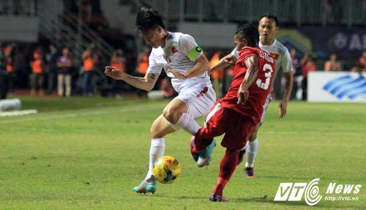 Tuyen Viet Nam thua Indonesia: Que Ngoc Hai sai lam, ca hang thu mac loi he thong hinh anh 2