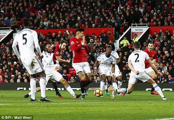 Ibrahimovic ruc sang, Man Utd danh bai Sunderland hinh anh 1