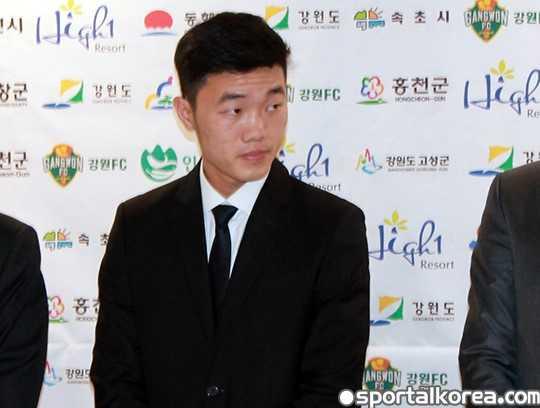 Luong Xuan Truong hop bao ra mat Gangwon FC hinh anh 1