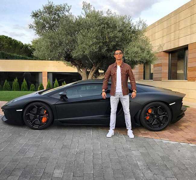 Vut lai sieu xe, Ronaldo cung ban gai di xe cap cuu den benh vien hinh anh 1