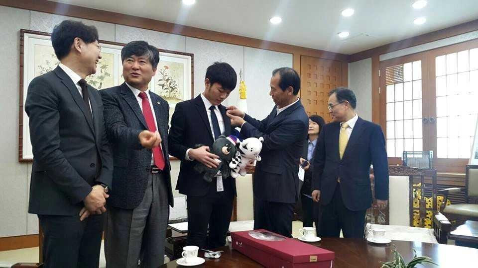 Luong Xuan Truong lam Dai su tinh Gangwon, tro thanh chau nuoi Thong doc hinh anh 2