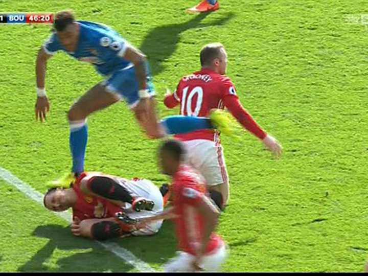 Ibrahimovic danh nguoi, tai sao doi truong Bournemouth phai nhan the do? hinh anh 2