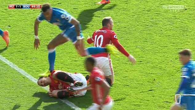 Ibrahimovic nguy co lo dai chien Chelsea, Tyrone Mings chiu phat nang hinh anh 1
