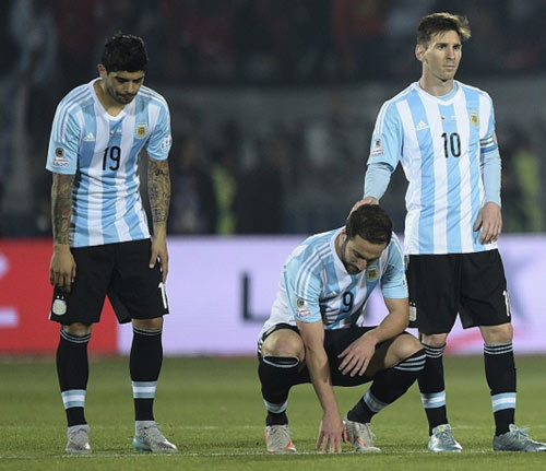 Chui trong tai, bi cam thi dau, Messi nen tra lai bang doi truong Argentina hinh anh 4