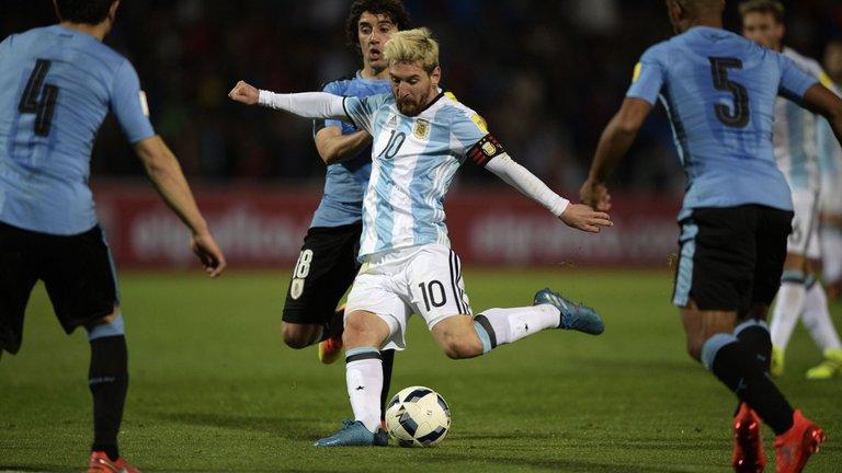 Chui trong tai, bi cam thi dau, Messi nen tra lai bang doi truong Argentina hinh anh 2