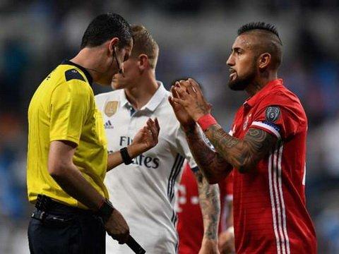 Viktor Kassai, trong tai vua 'hai chet' Bayern Munich la ai? hinh anh 3