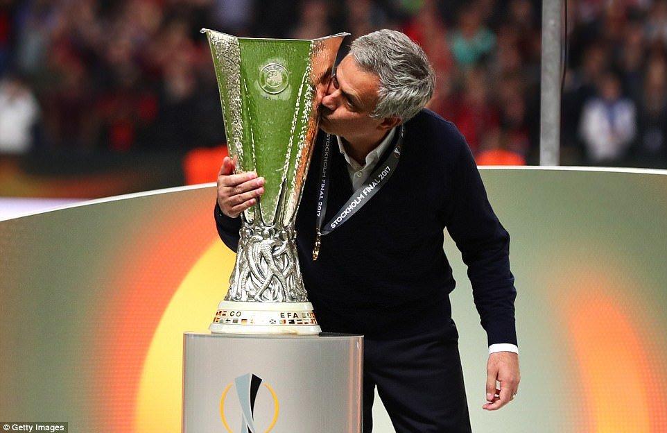 Anh: Vo dich Europa League, cac cau thu MU an mung phan khich hinh anh 3