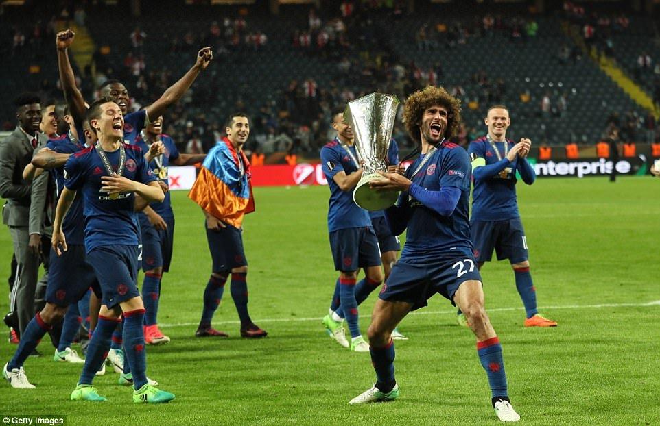 Anh: Vo dich Europa League, cac cau thu MU an mung phan khich hinh anh 5
