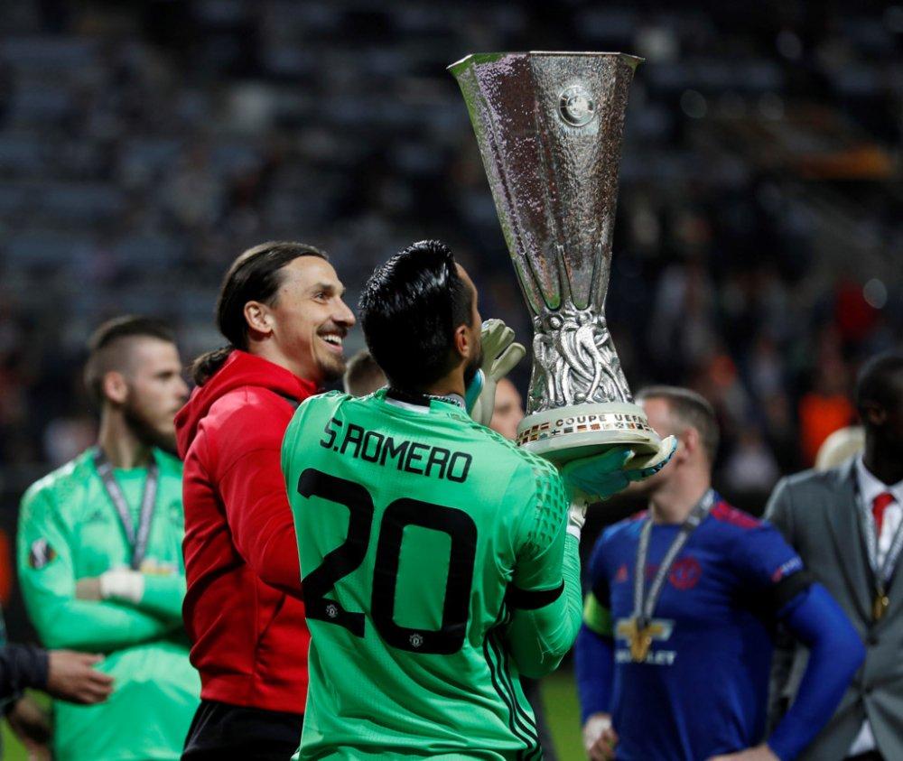 Anh: Vo dich Europa League, cac cau thu MU an mung phan khich hinh anh 9