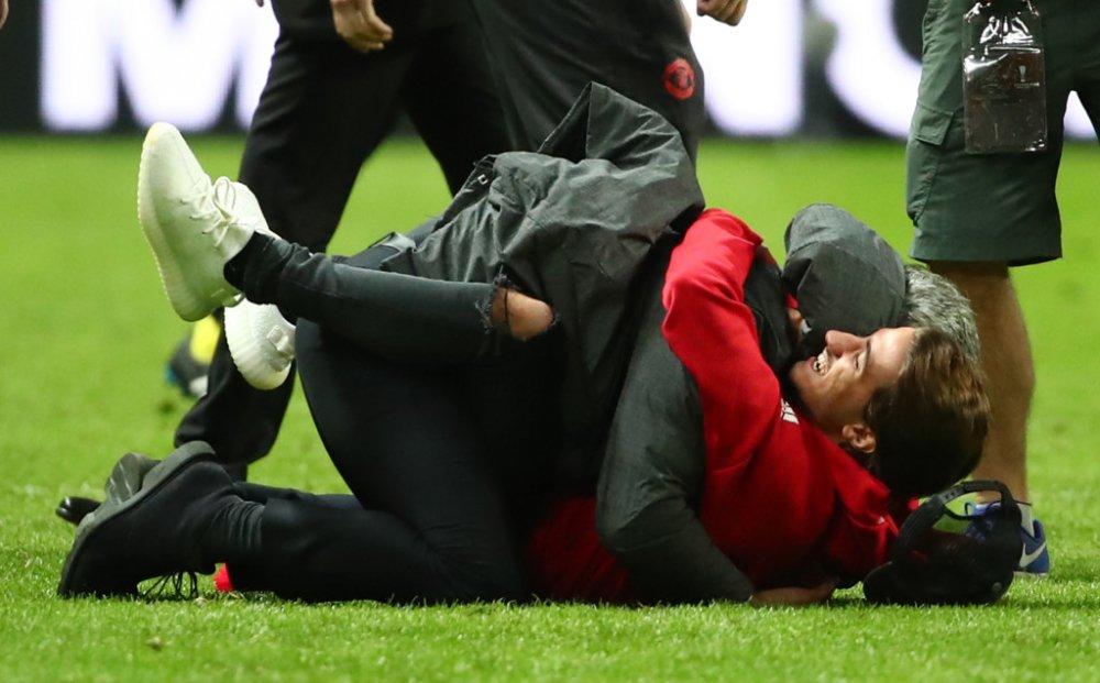 Anh: Vo dich Europa League, cac cau thu MU an mung phan khich hinh anh 8