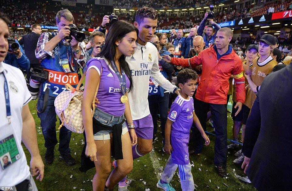 Sir Alex Ferguson mung tui ngay Ronaldo lap ky tich hinh anh 2