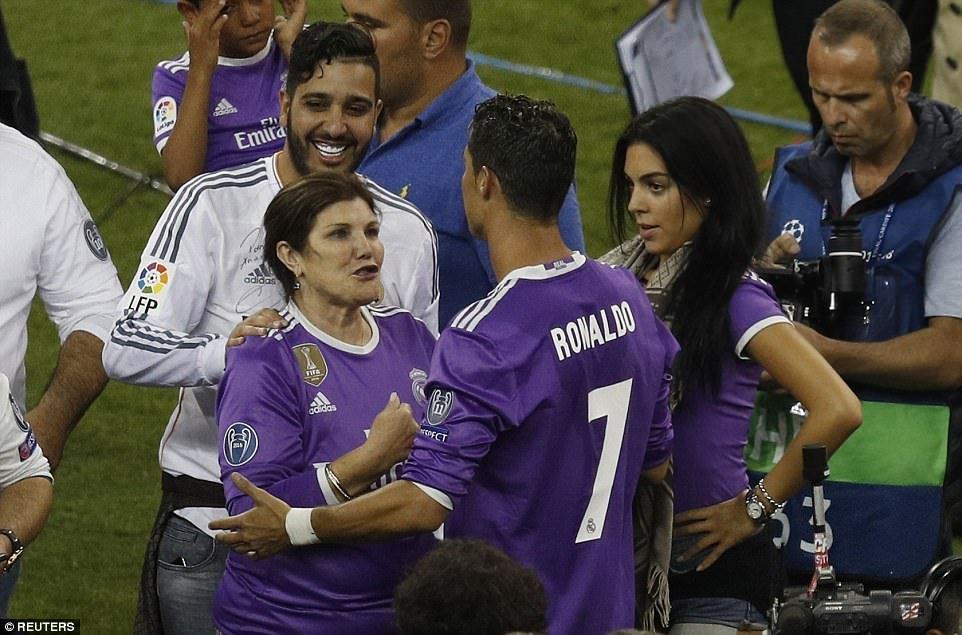Sir Alex Ferguson mung tui ngay Ronaldo lap ky tich hinh anh 4